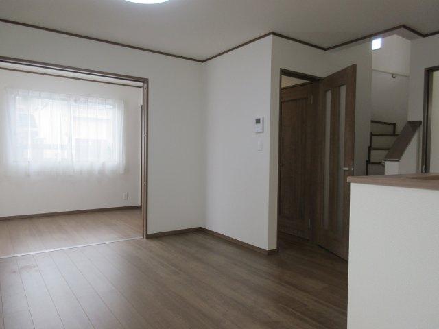 隣接した洋室の扉を開放すると18帖超の開放的。ホームパーティーもできますね・・