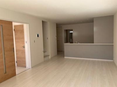 【同社施工事例写真です】南面LDK+隣接和室、間仕切りを開放すれば22帖以上のおもてなしスペースが広がります。「静かに過ごしたい」「友だちと騒ぎたい」空間を分けられる温かな空間の出来上がりです。