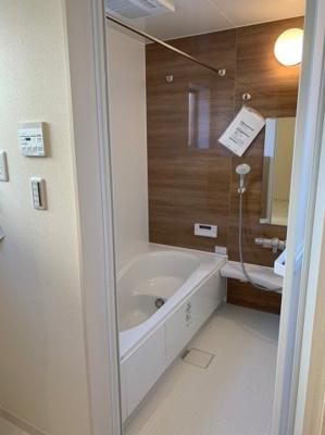 【同社施工事例写真です】落ちついた色合いの浴室は半身浴も出来て一日の疲れをリフレッシュするのによいですね。 窓からの採光もしっかりあって湿気対策もばっちり。毎日のバスタイムを気持ちよく満喫できますね。