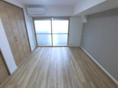 6.6帖の洋室はバルコニーに面しており風通し◎ 事務所としても利用可能(規約有)