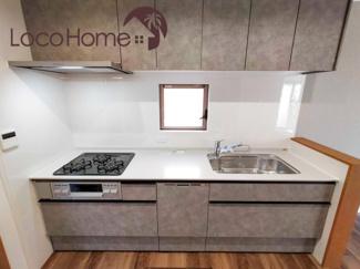 コンパクトなキッチンで掃除もラクラク 2021年9月24日現地撮影