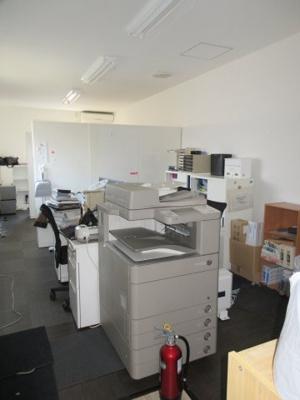 残留物の使用・撤去はご相談ください。 コピー機・デスク・椅子・書庫・冷蔵庫他使用可のです。すぐに事務所が開業できます。