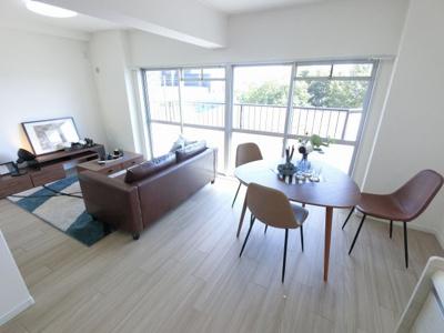 12.0帖のリビングは最上階4階・南西向きにつき陽当たり・通風◎ ダイニングテーブルやソファー、ローテーブルなどの家具もしっかりと配置できます。