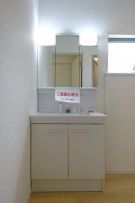 三面鏡の洗面台になっており、収納も豊富です。