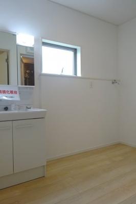 広めの洗面室になっていますので、二人で入ってもゆとりがあります。