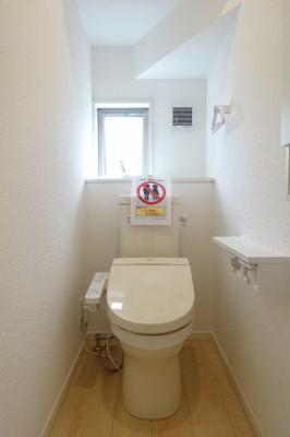 1階トイレ 窓から明るい光が差し込みます。