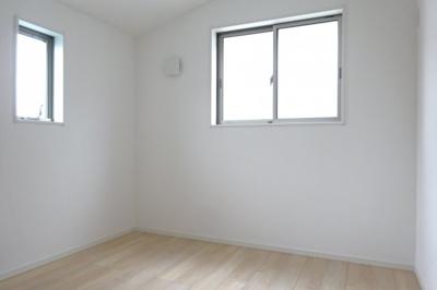 洋室② 二面採光になっておりますので明るいです。