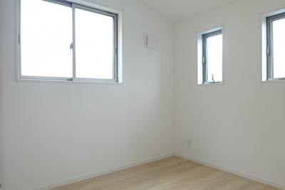 洋室① 窓が多く多くの光が差し込みます。