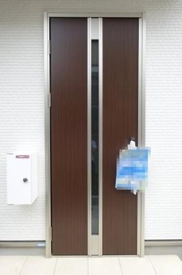 玄関ドアの横には宅配ボックスが設置されております。