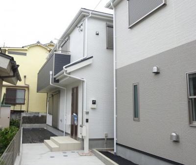 閑静な住宅地にある新築住宅です。
