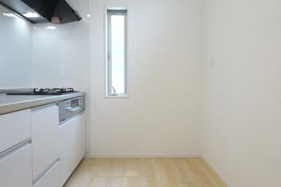 小さい窓ですが、キッチンに付いてますので、光が差し込みます。