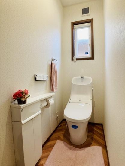 【洗面台】シャワー機能付きの三面鏡で快適に利用して頂けます