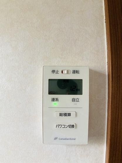【モニター付きインターフォン】他にも電気錠や湯沸かしパネル、電気のスイッチなどまとめて設置されているので細かな配慮も行き届いた造りになっています。