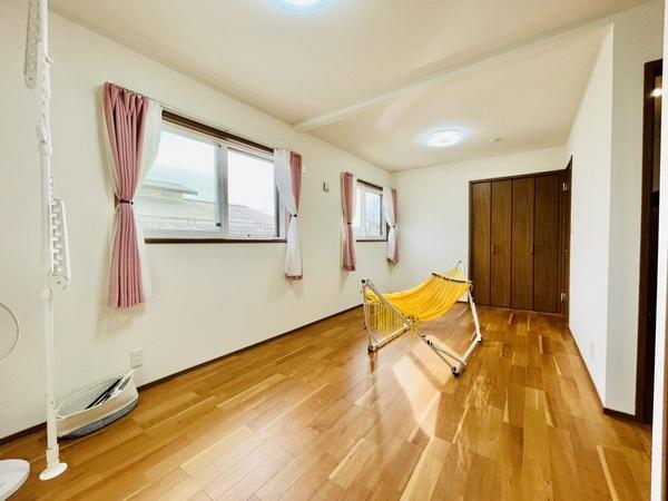 【9帖洋室】南向きの洋室は窓が3枚あり日当たり、通風良好です!