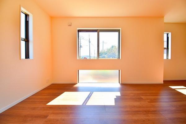 窓からの日差しが入り込むリビング! どこか落ち着きのある内装。