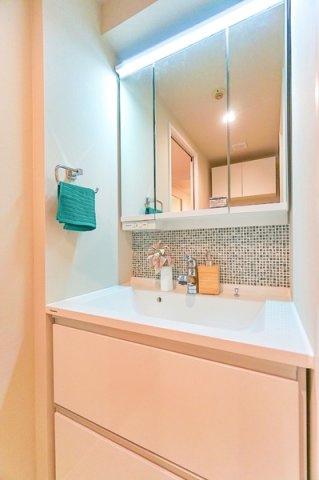 お化粧もしやすい三面鏡付き独立洗面台がつきます! 収納もしっかりあり、タオルやパジャマ・洗剤などもしまっておけます!