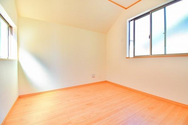 窓からの日差しが入り込む洋室! どこか落ち着きのある内装。