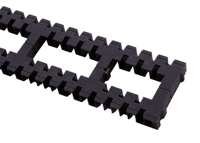 木造軸組み工法。剛床工法や集成材で耐久性を強化。土台にヒノキ材を使用し強度やシロアリ防止を期待。