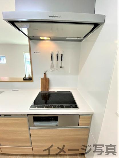 三面鏡タイプの洗面台。鏡裏や下部に大容量収納スペース。コンセント付。身支度がスムーズにできますね♪