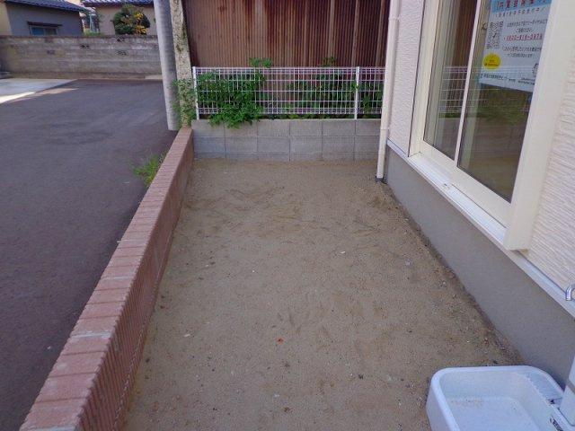 リビング掃き出し窓の外には植栽スペースがあります。