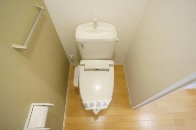 ※参考写真※人気のシャワートイレ・バストイレ別です♪横にはタオルを掛けられるハンガーもあります♪壁紙はオシャレなアクセントクロス☆