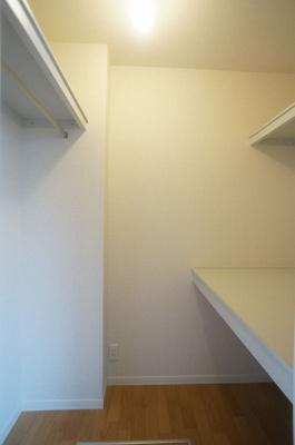 ※参考写真※洋室6.4帖のお部屋にあるウォークインクローゼットです♪たっぷり収納できてお洋服や荷物が多くてもお部屋すっきり☆