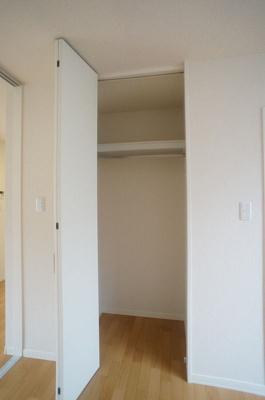 ※参考写真※洋室6.4帖のお部屋にあるクローゼットです♪大切なお洋服もしわにならず、キレイに収納できます☆