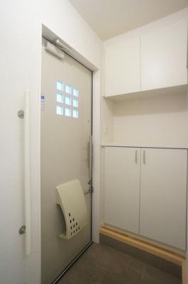 ※参考写真※玄関には上下タイプのシューズボックス付き!間のスペースは飾り棚や小物置き場として活用できます♪