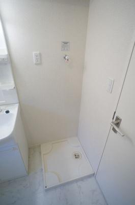 ※参考写真※洗面所内、シャンプードレッサー横にある室内洗濯機置き場です♪防水パンが付いているので万が一の漏水にも安心です!