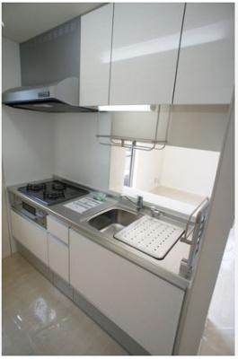 3口ガスコンロ/グリル付きシステムキッチンです☆窓があるので換気もOK♪場所を取るお鍋やお皿もたっぷり収納できてお料理がはかどります!