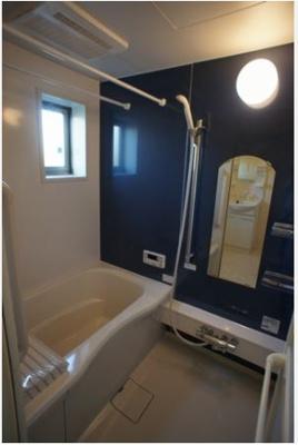 追い焚き機能・浴室暖房乾燥機付きバスルーム♪換気のできる小窓付きです♪ゆったりバスタイムでリラックス☆