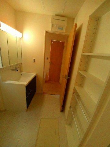小物を収納できる便利な壁面収納付きの洗面脱衣室です。