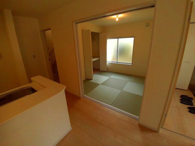 リビングと続き間の4.5帖の和室あります。
