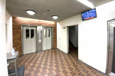 6人乗りエレベーター1基、9人乗りエレベーター1基があります。
