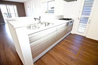 【4号地】浄水器・ガラストップコンロ・床下収納など嬉しい設備のシステムキッチンです。