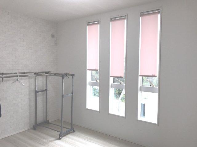 2階6帖 小窓がアクセントになって素敵なお部屋です。本日、建物内覧できます(^^)/住ムパルまでお電話下さい!