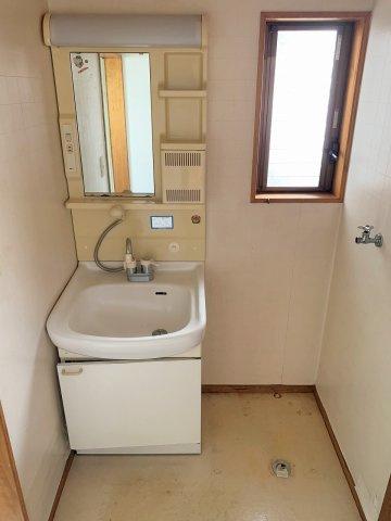 洗面所には窓があり明るいです。