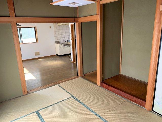 リビング横には和室があり、来客用の宿泊部屋にもおすすめです。