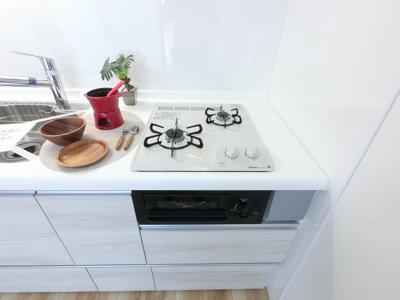 2口ガスコンロ。 汁物・おかず、作り置きなど同時に調理できとても便利です♪