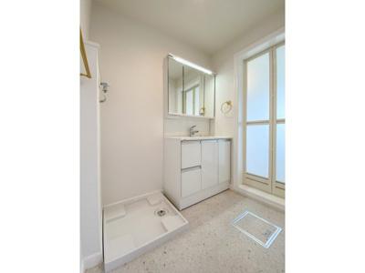 2階洗面化粧台、洗濯機置き場