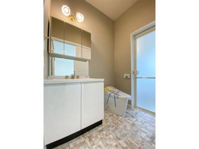 1階洗面化粧台、シャワートイレ