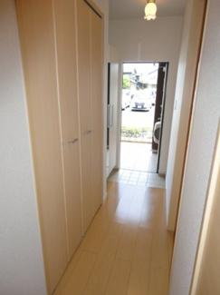 玄関にはシューズボックスがあり、廊下に収納スペースがあります。