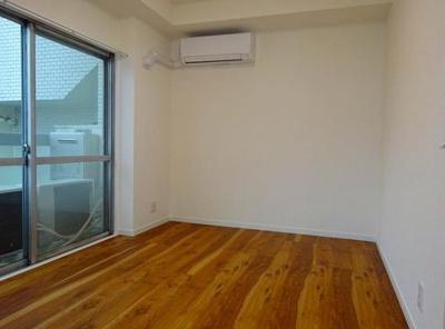 本郷春日マンションの約5.0帖の洋室です。