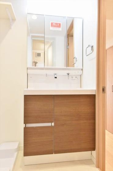 収納力も兼ね備えた三面鏡採用の洗面台