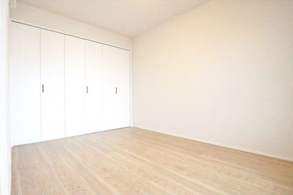 約5.9帖の洋室 壁面ワイドなクローゼット完備