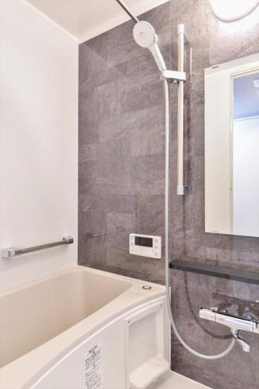 シックな色合いの浴室 浴室乾燥機、追焚機能 標準装備です