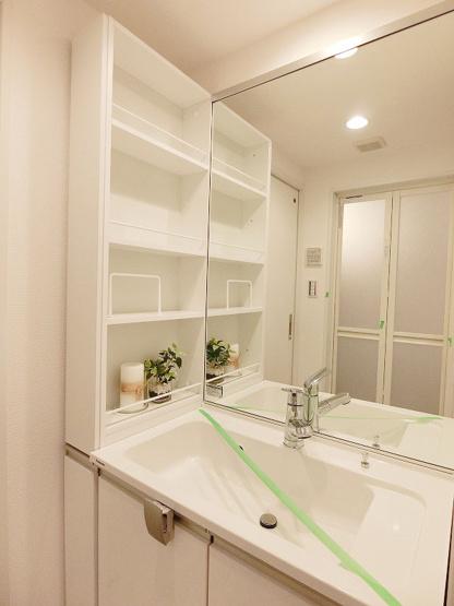 洗面台も新規交換につき快適です かさばりがちな水回りも収納ラックがあるのでキレイにお使いいただけます