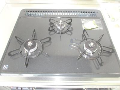 火力調整のしやすい三口ガスコンロ。
