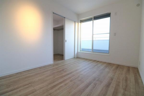【洋室】 バルコニーに面した2階6帖洋室です♪