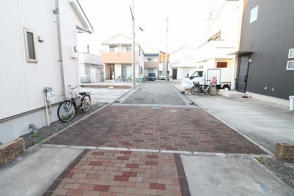 【前面道路】 住宅街の一番奥のお家なので子育てにも優しい落ち着いた住環境です♪